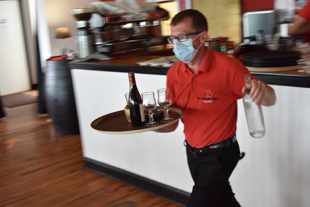 service-en-salle-de-restaurant-avec-le-masque (5)
